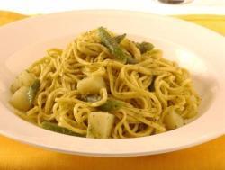 Pasta con pesto di olive verdi e patate