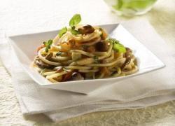 Spaghetti alla chitarra con fantasia di funghi, melanzane, pomodorini e mentuccia