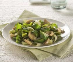 Funghi champignons, cipollotti e peperoncini dolci verdi in padella