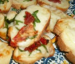 Crostone filante alla rucola e pomodori secchi