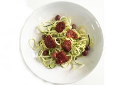 Spaghetti di zucchine con pomodori e olive