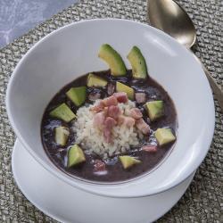 Risotto in crema di fagioli neri, avocado e pancetta