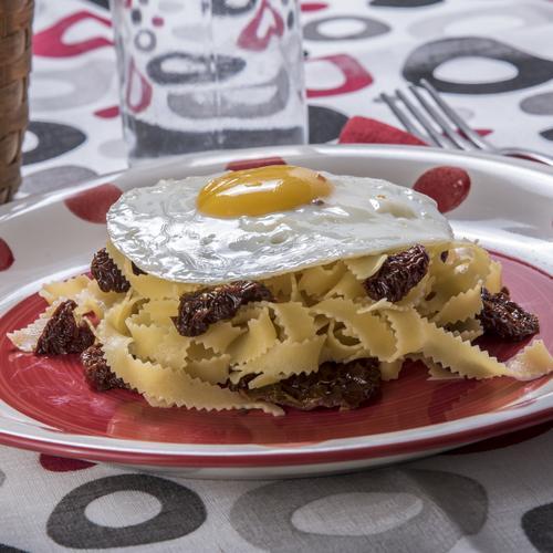 Fettuccine con uovo e pomodori secchi