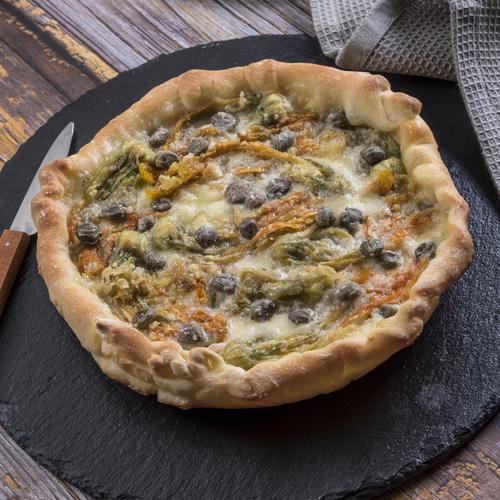 Pizza capperi, provola e fiori di zucca